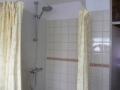 Nieuwe tegelwand plaatsen in een badkamer inclusief  douchegarnituur