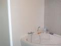 Plaatsen van een hoekbad in een badkamer inclusief aansluiting electra